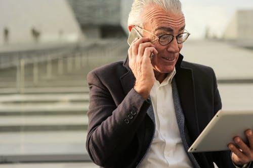 hombre-mayor-usando-tablet