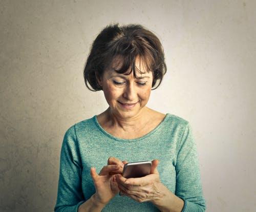 mujer-mayor-utilizando-movil